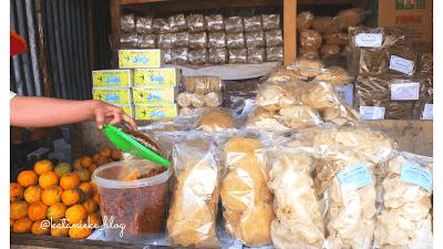 Aneka makanan dan jajanan khas di kios tepi danau Sarangan, Magetan.
