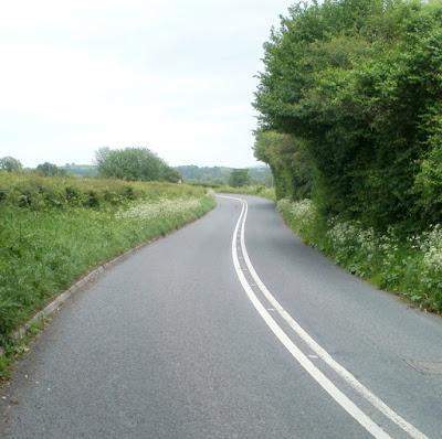 रोड पर सफ़ेद और पिली लाइन क्यों खिची जाती है?