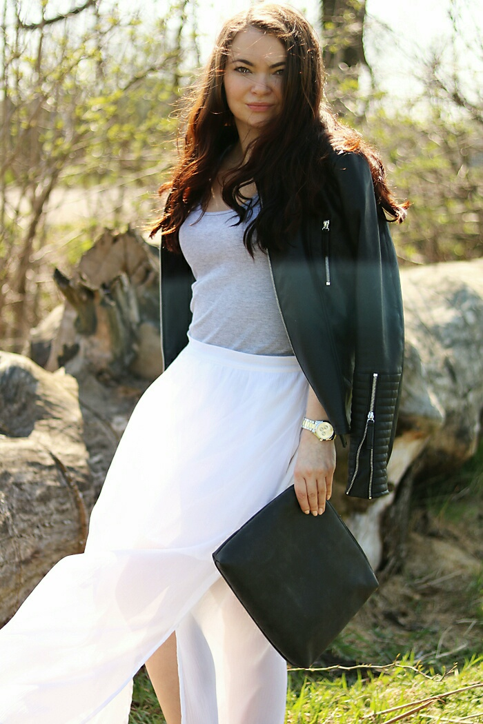 Stylizacja z białą, długą spódnicą