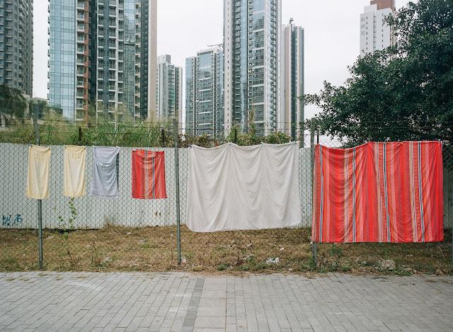 """""""Bằng cách nào đó tôi rất ngưỡng mộ sự thích ứng linh hoạt của người Hồng Kông, tôi cứ mải mê theo đuổi những sào đồ công cộng như thế này,"""" anh thích thú chia sẻ."""