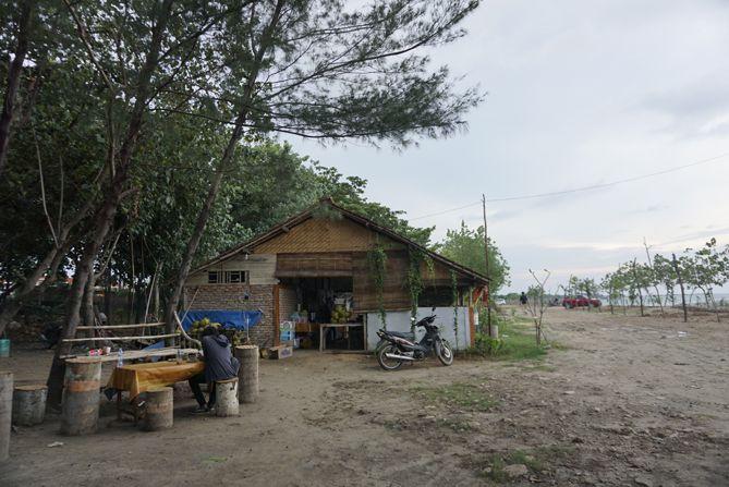 Warung yang ada di pantai Jatisari, Rembang