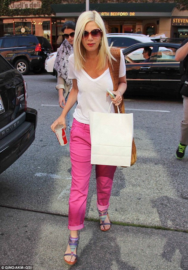 Tori Spelling out shopping.