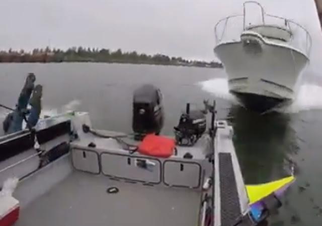 Δείτε πως είναι όταν ένα ταχύπλοο εμβολίζει μια βάρκα (βίντεο)
