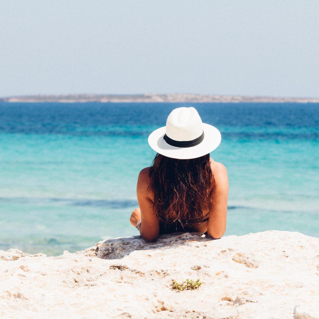 """A imagem do post é de uma amiga feliz, em férias, na praia!  O que você pensou a respeito?  """"Estou feliz por ela"""", """"quero ir lá nas minhas próximas férias"""", """"Nunca vou conseguir ser feliz como ela"""", """"nada"""", """"a toda hora ela está me provocando"""", """"nem é tudo isso""""?"""