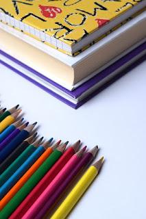 Bücher und sortierte Stifte