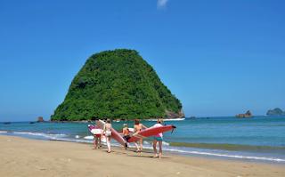 Aktivitas Seru Saat Berwisata di Pulau Merah Banyuwangi