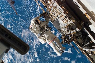 Astronot di Ruang Angkasa