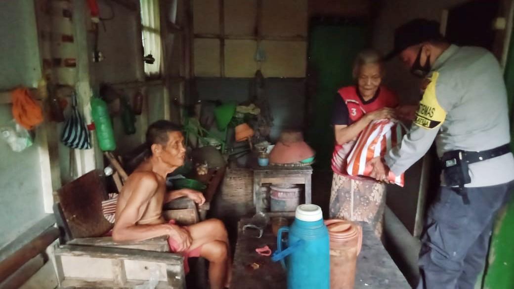 Polisi Salurkan Bantuan Sembako Untuk Warga Dhu'afa Di Bukateja