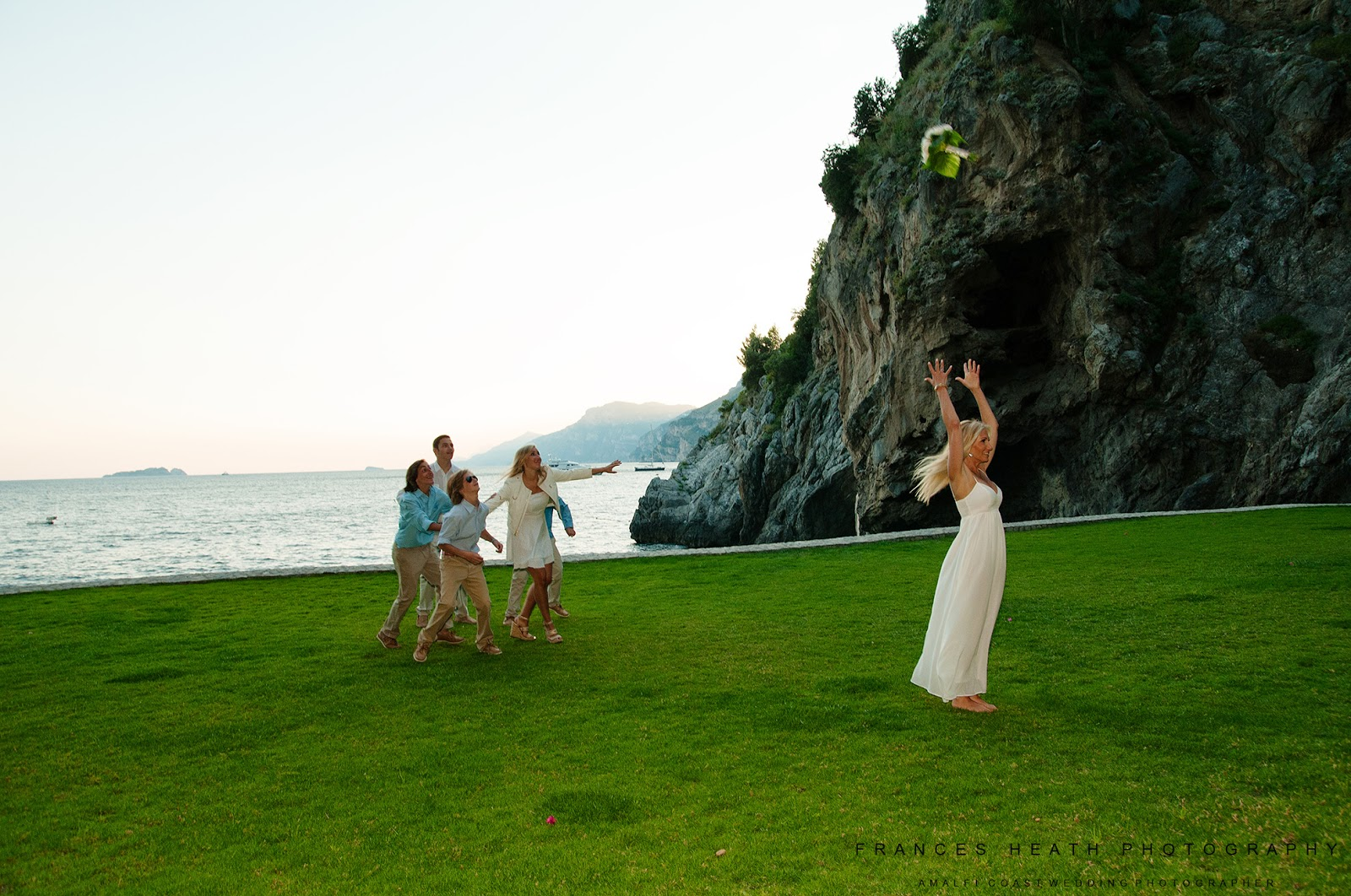 Family portrait throwing the bouquet in Positano