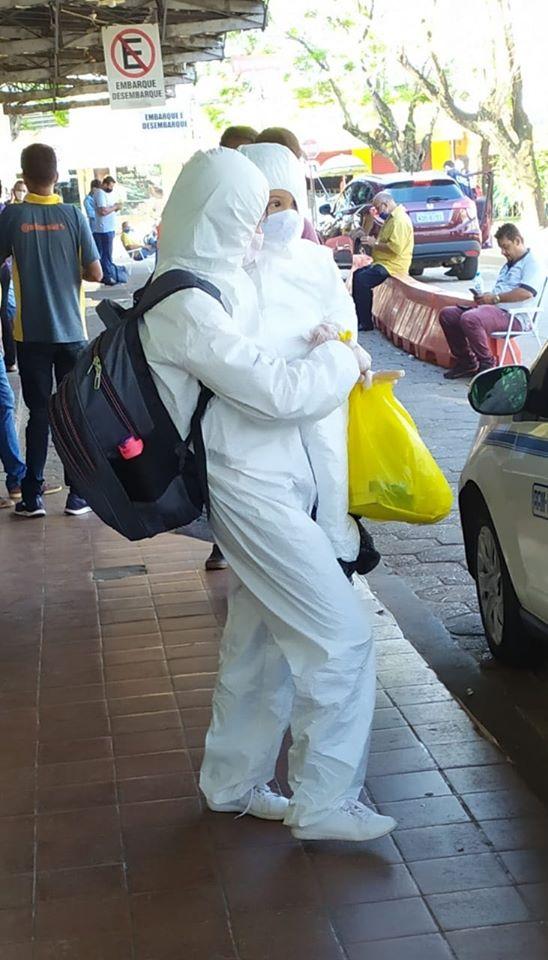 Proteção: Medo de contrair o coronavírus faz mulher 'radicalizar' na rodoviária