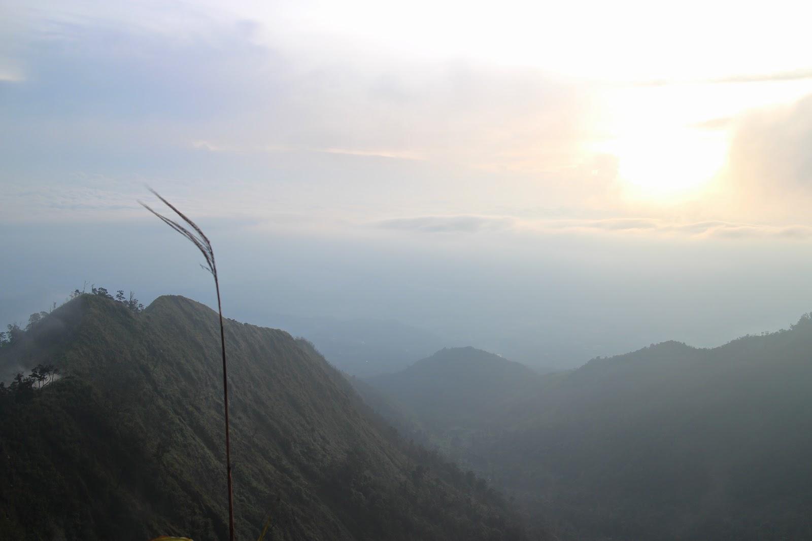 sunrise di puncak mega terhalang kabut