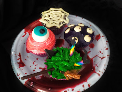 4 cupcakes con decoraciones de Halloween