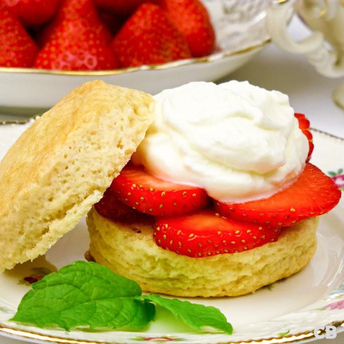Scones met verse aardbeien en room