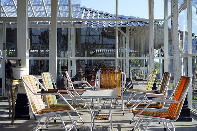 Meja dan kursi-kursi di area dalam kedai kopi