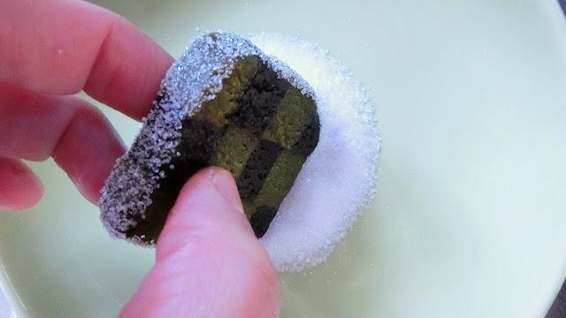 グラニュー糖を生地のフチにまぶす