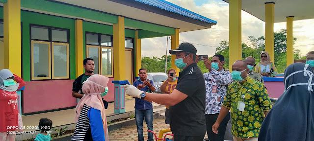 Bupati Maluku Tenggara M Taher Hanubun saat mengecek kesehatan dengan mengukur suhu dengan menggunakan termos scaner