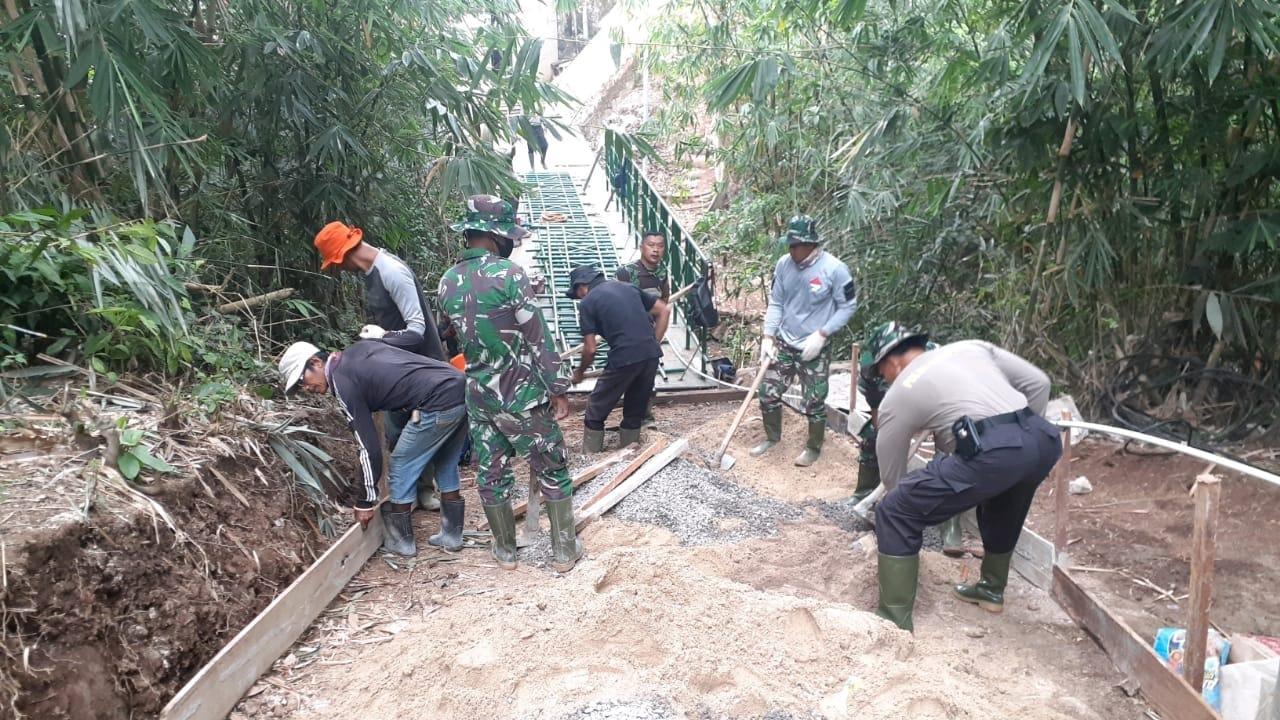 Proses pembangunan jembatan dilaksanakan di Kelurahan Garuntang Kecamatan Bumi Waras Kota Bandar Lampung dengan melibatkan anggota TNI, Polri, Pemda dan Masyarakat Garuntang
