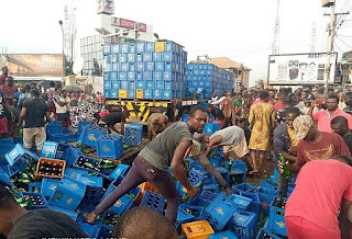 KAY'S REPORT: LOL!! Residents Shun Social Distancing To Drink Alcohol After Truck Conveying Beer Fell In Anambra (Video)