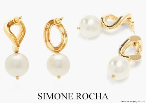 Kate Middleton wore SIMONE ROCHA Faux pearl curb chain earrings
