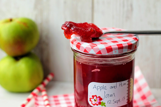 Making Bramley Apple and Damson Plum Jam, don't you just love autumn! www.goodfoodshared.blogspot.com