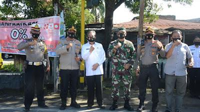 Tingkatkan Disiplin Protokol Kesehatan, Bupati Sidrap Turun Bagikan Masker ke Pengguna Jalan