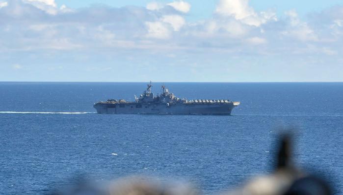 Helikopter dan kapal Iran mendekati kapal AS di Selat Hormuz