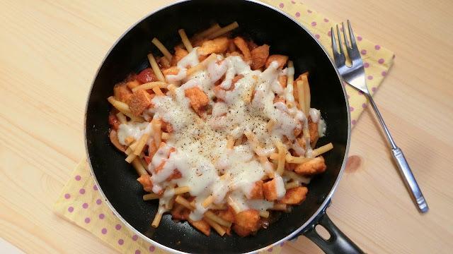 フライパンひとつで簡単!マカロニとミートソースのパン耳チーズ焼きレシピ