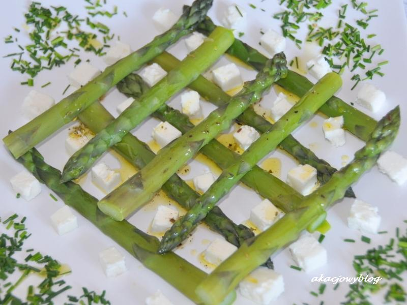 Sałatka z zielonych szparagów z fetą i limonką.
