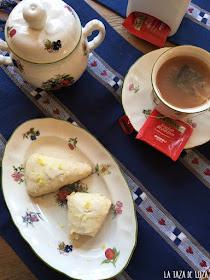 scones-de-limón-y-una-taza-de-té