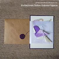 Tarjeta de boda con sobres en kraft invitacion en suculentas y pajaro con sello de cera lacre morado
