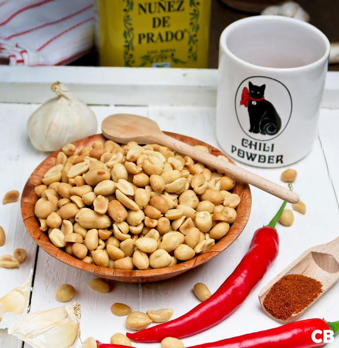 Ingrediënten voor zelfgemaakte pikante pindakaas