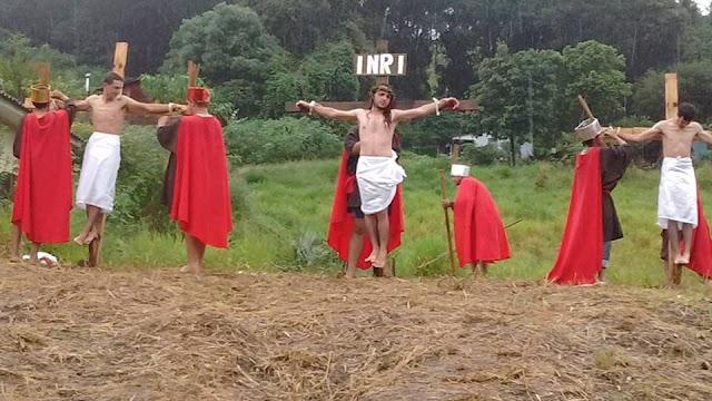 Mesmo com Chuva Paixão de Cristo é encenada em Mato Rico