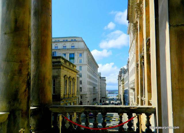 Liverpool: vista lateral do balcão do Town Hall, com o Rio Mersey ao fundo