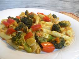 Macarrones con pimientos, brócoli y un toque picante
