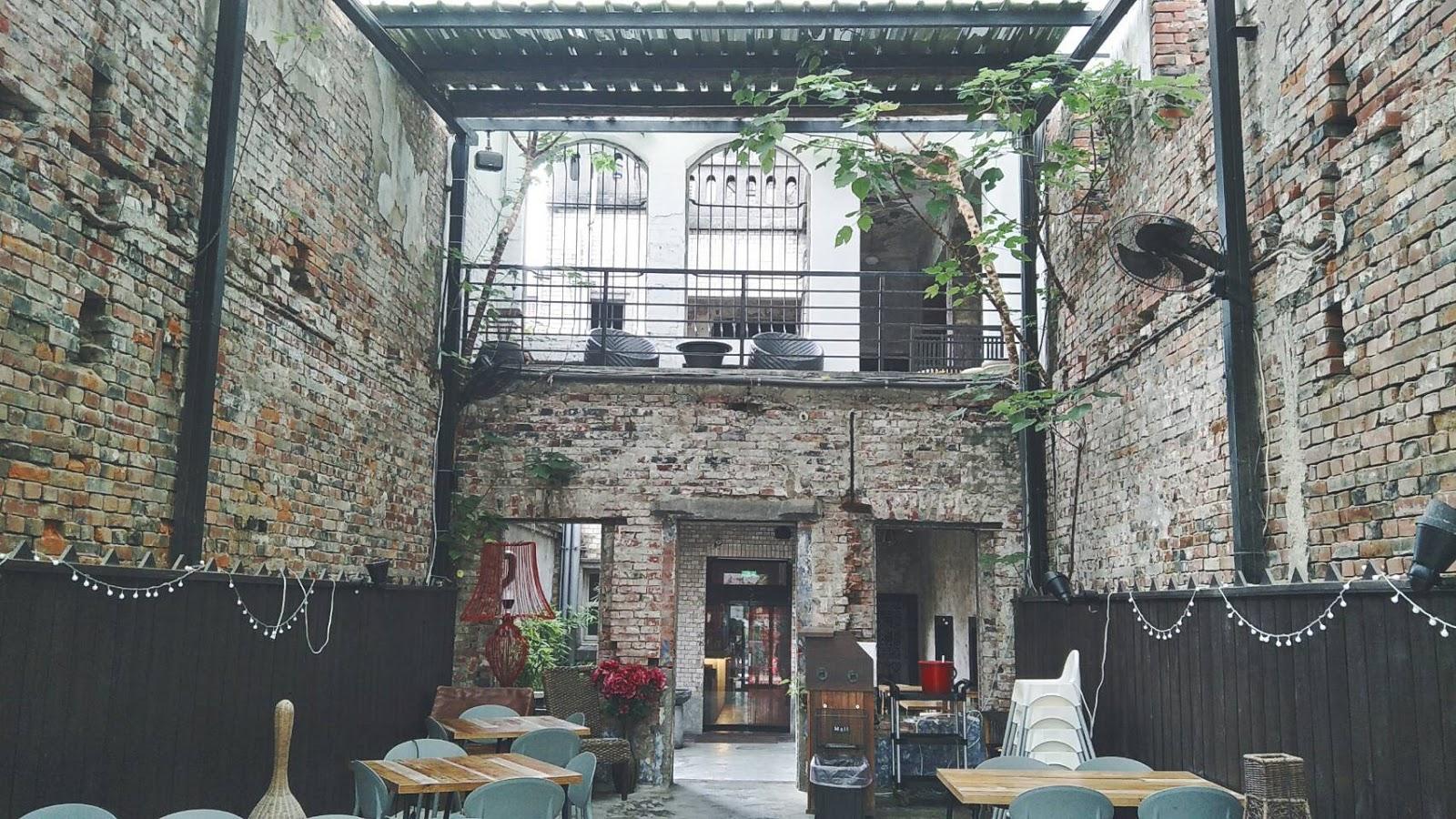 食尚曼谷白天模樣古老磚牆真的很美,但屋頂的鐵皮也讓我很在意!