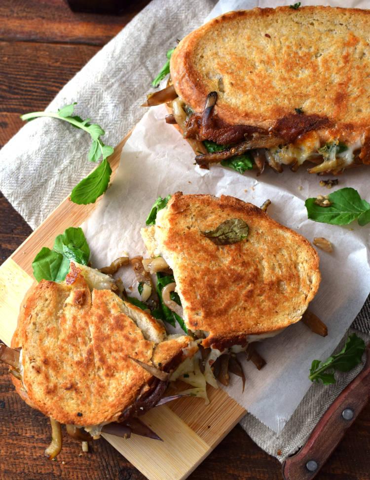 Sándwich de berenjena, queso y arúgula