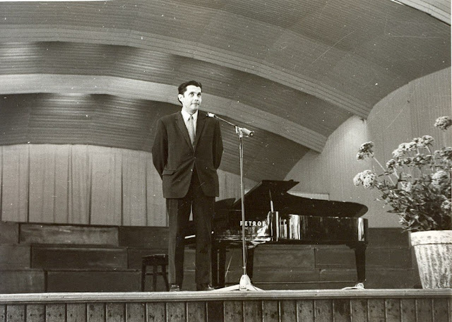 """Юрмала. Дзинтари. Роберт Рождественский во время выступления в концертном зале """"Дзинтари""""."""
