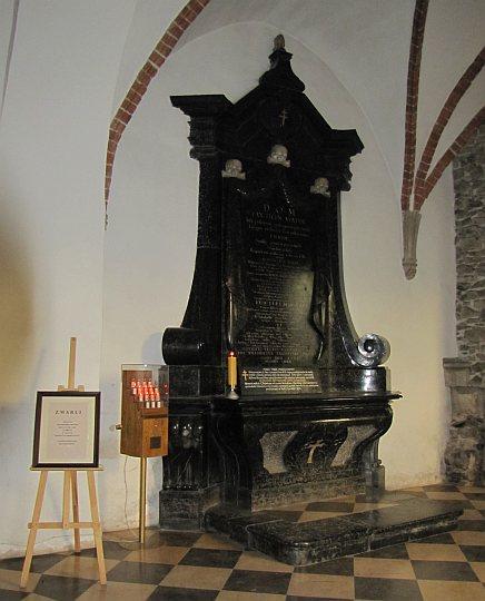 Ołtarz z 1766 roku poświęcony zmarłym benedyktynom, stojący w krużganku