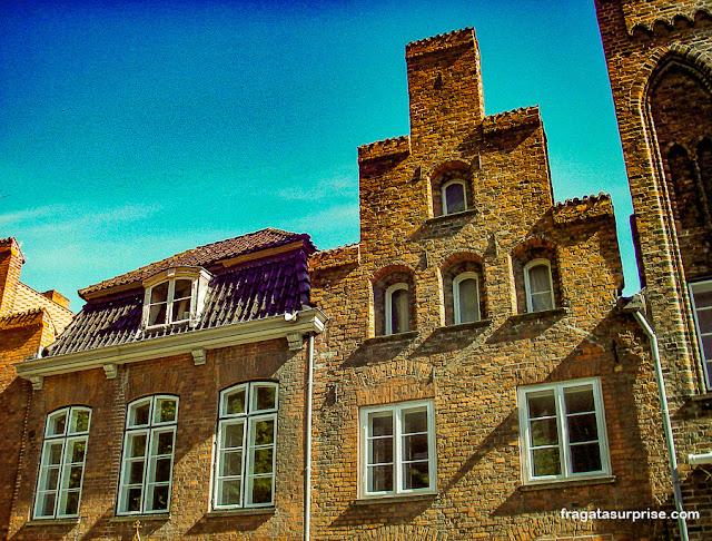 """Fachadas """"em degraus"""" típicas de Lübeck, Alemanha"""