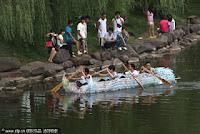 Barco construido con botellas de plastico