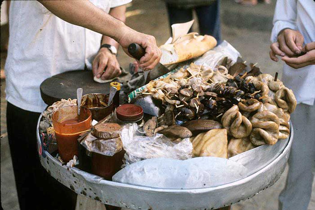 Quầy lạp xưởng, thịt quay, tiệm thuốc bắc của người Hoa ở chợ cũ Tôn Thất Đạm trước 1975