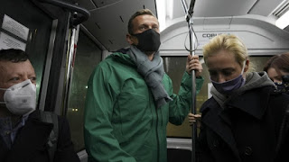 """الشجاع """" أليكسي نافالني """" يعود إلى روسيا، والنظام الروسي يعتقله بدم بارد"""