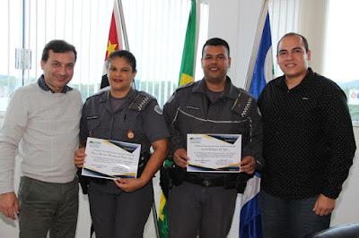 "Prefeito de Juquiá entrega Certificado de agradecimento aos Policiais do Programa ""Patrulha Família Segura""."