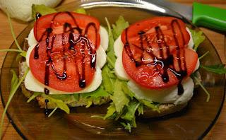 kanapki z mozarellą i pomidorem