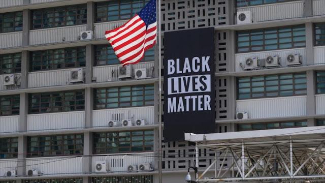 EEUU ordena descolgar pancarta antirracista de su embajada en Seúl