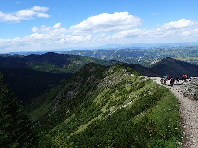 Okolice Przełęczy między Kopami (Karczmiska), widać 2 szlaki na Halę Gąsienicową