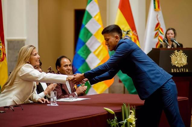 Presidenta Áñez inicia entrega del bono a la excelencia a 10.064 bachilleres de 5.140 unidades educativas