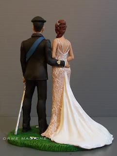 sposini statuine torta nuziale personalizzate divisa esercito abito sposa semitrasparente sposi abbracciati orme magiche