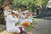 Wawali Jaya Negara Hadiri Persembahyangan Saraswati di Pura Jagatnatha