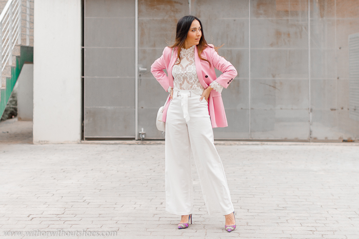 Look como combinar los pantalones blancos con chaqueta blazer rosa blusa encaje de Zara y salones Pura Lopez